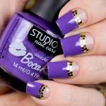Tutorial - nail art com esmalte roxo e apliques dourados