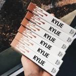 Kylie Jenner lança linha de gloss