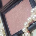O blush rosa queimado com brilho Oasis da NARS