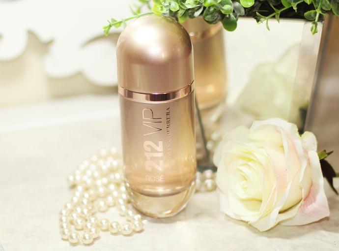 02be03d1462af Assim que olhei pra embalagem já tive vontade de amar esse perfume. Sou  apaixonada por ouro rosa e o frasco é todo trabalhado com esse tom. Muito  vintage!