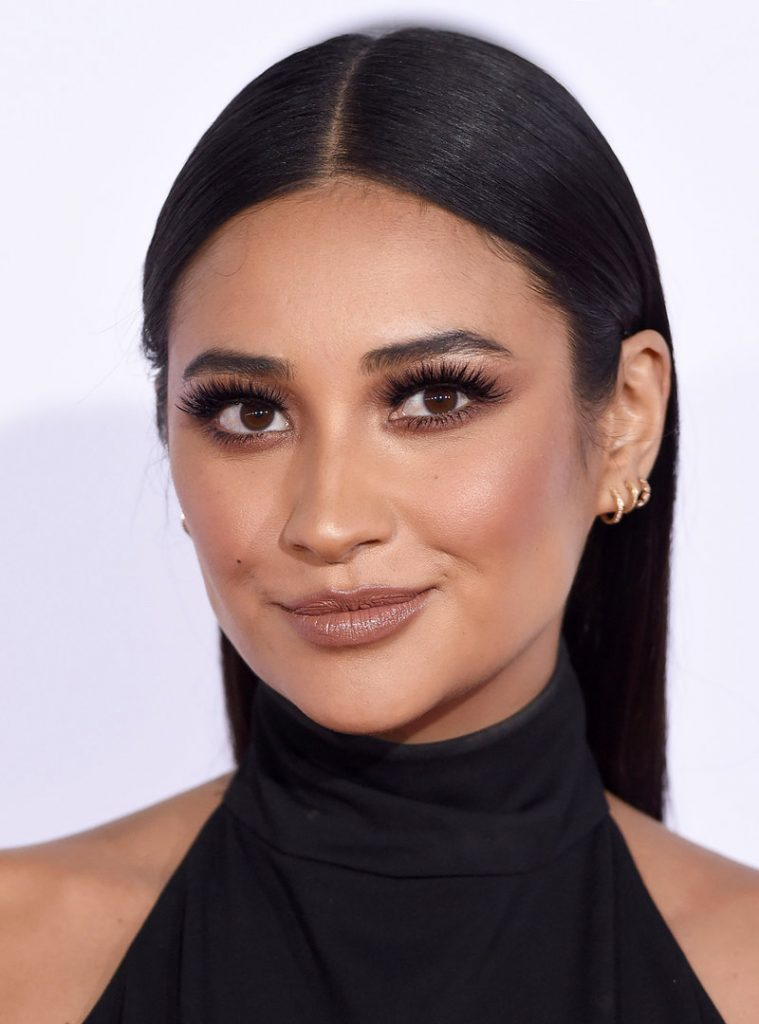 LOS ANGELES, CA - JANUARY 06: Actress Shay Mitchell arrives at People's Choice Awards 2016 at Microsoft Theater on January 6, 2016 in Los Angeles, California. (Photo by Axelle/Bauer-Griffin/FilmMagic)