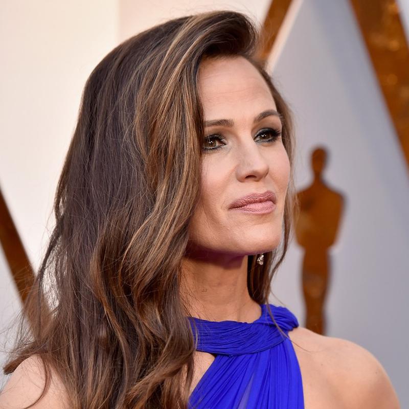 8e4e92ed1 Jennifer Garner não se cansa de arrasar, né? A atriz combinou a make com o vestido  e usou tons discretos de azul nos olhos, provando que isso não é nada ...